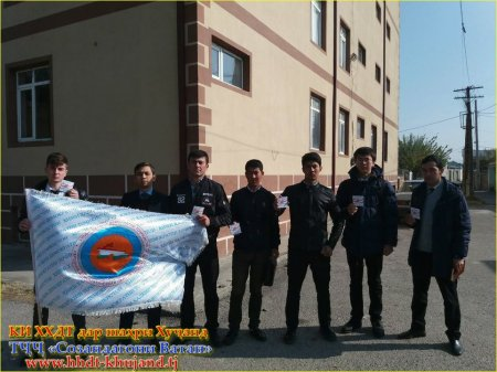 «Созандагони Ватан» бахшида ба Рӯзи Конститутсия сокинони шаҳри Хуҷандро табрик намуданд